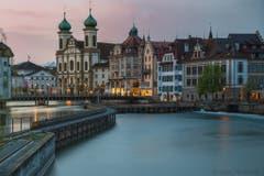 Verschlafenes Luzern mit der Jesuitenkirche am Ostermontag um 6.20 Uhr. Es war ein Genuss, die Stadt so ruhig zu erleben. (Bild: Gabi Pavanello, Luzern, 22. April 2019)