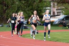 Das 1000-Meter-Rennen gewinnt Sarina von Flüe vom TV Cham (Nummer 52). (Bild: Roger Zbinden, Cham, 27. April 2019)