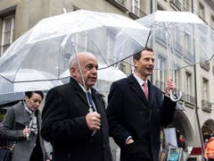Feierlicher Empfang unterm Regenschirm: Erbprinz Alois von und zu Liechtenstein (rechts) mit Bundespräsident Ueli Maurer in der Kramgasse in Bern. (Bild: KEYSTONE/PETER SCHNEIDER)