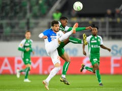 Die kampfbetonte Partie in St. Gallen war vor allem in der ersten Halbzeit fussballerisch kein Leckerbissen. Die 11'683 Zuschauer im Stadion bekamen keine Tore zu sehen (Bild: KEYSTONE/GIAN EHRENZELLER)