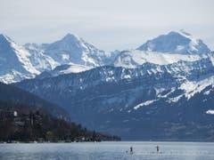 Der Triathlon-Wettkampf Ironman Switzerland wird künftig vor der Kulisse von Eiger, Mönch und Jungfrau in Thun ausgetragen. (Bild: Keystone/PETER SCHNEIDER)