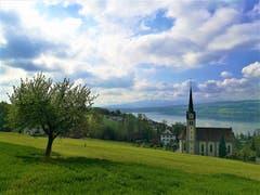 Die Wolken lockern sich auf über der Kirche Eich am Sempachersee. (Bild: Urs Gutfleisch, 30. April 2019)