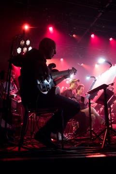 Christy Doran mit seinem Gitarreorchester im Kollegi Stans. (Bild: Boris Bürgisser, Stans, 30. April 2019)