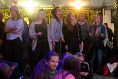 Das Publikum während des Konzerts von Woro's auf dem Dorfplatz. (Bild: Boris Bürgisser, Stans, 30. April 2019)