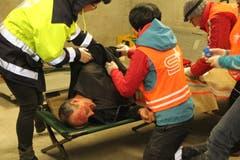 Die Samariter behandelten die Brandverletzungen des verwundeten Mannes. (Bild: Paul Gwerder, Unterschächen, 29. April 2019)