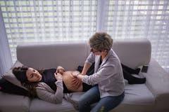 Bei der Bauchmassage kommt es oft zu den besten Gesprächen.