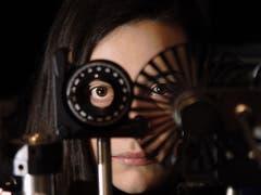 Von einem Workshop für Frauen in der Physik und der Nobelpreisträgerin und Laserphysikerin Donna Strickland inspiriert, machte Doktorandin Michela Gazzetto von der Uni Bern dieses Foto, das sie mit «Laserpunk» betitelte. Sie reichte es für die Kategorie «Frauen und Männer der Wissenschaft» ein. (Bild: Michela Gazzetto (Uni Bern))