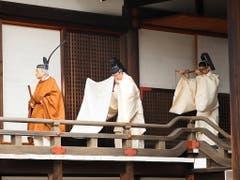 Mit einer Reihe von Ritualen hat Japans Kaiser Akihito bekleidet mit einer traditionellen goldbraunen Robe und schwarzer Kopfbedeckung am Dienstag seinen Rücktritt eingeleitet. (Bild: KEYSTONE/EPA JIJI PRESS)