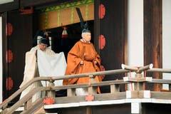 Japans Kaiser Akihito, rechts, nach der Abdankungs-Zeremonie. (Bild: Japan Pool via AP)