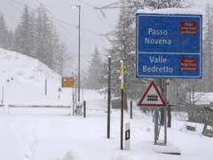 Die zum Bedrettotal und zum Nufenenpass führende Strasse in Airolo ist am Donnerstag wegen zu viel Schnee gesperrt. (Bild: Keystone/KEYSTONE/TI-PRESS/DAVIDE AGOSTA)