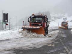 Ein Schneepflug räumt Schnee am Donnerstag in Airolo. (Bild: Keystone/KEYSTONE/TI-PRESS/DAVIDE AGOSTA)