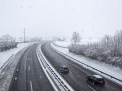 Starker Schneefall bei der Autobahn A4 in Steinen SZ am Donnerstag. (Bild: Keystone/ALEXANDRA WEY)
