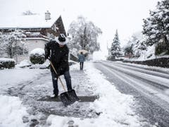 Ein Mann räumt Schnee am Donnerstag in Schwyz. (Bild: Keystone/ALEXANDRA WEY)