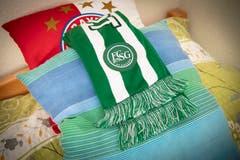 Schön drapiert: Ein FCSG-Schal auf einem Bett. (Bild: Ralph Ribi)