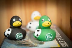 Auch FCSG-Badeenten gehören zur Kollektion von Robert Adolf. (Bild: Ralph Ribi)