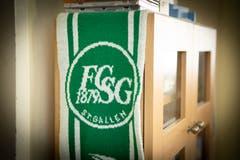 Kaum eine Ecke in der Wohnung des 61-Jährigen ist FCSG-frei. (Bild: Ralph Ribi)