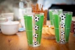 Einem echten Anhänger schmeckt ein Getränk erst im grünweissen Fanglas so richtig. (Bild: Ralph Ribi)