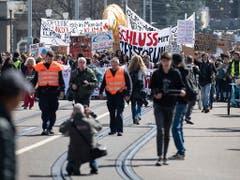 Bunter Umzug durch die Strassen Berns: Die Spitze der Klimademonstration. (Bild: KEYSTONE/PETER SCHNEIDER)