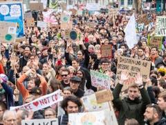 Dasitzen und nichts tun nützt nichts: Demonstrationszug mit Transparenten in Zürich. (Bild: KEYSTONE/ENNIO LEANZA)