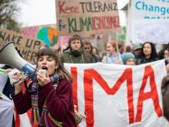 Grosse Mobilisierung auch in Zürich: Junge Frau mit Magaphon an der Klimademo. (Bild: KEYSTONE/ENNIO LEANZA)