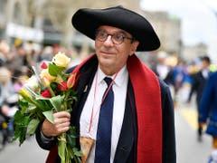 Roland Ries, Oberbürgermeister von Strassburg, entzündete den Böögg-Scheiterhaufen am Sechseläuten 2019. (Bild: KEYSTONE/WALTER BIERI)