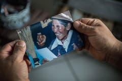 Beni hält das Foto von Dominga in den Händen: Die Freude von seiner leiblichen Mutter über den wiedergefundenen Sohn ist unbeschreiblich.