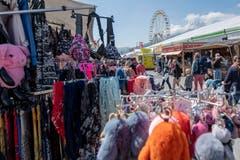Schals und Rucksäcke gibt es auch zu kaufen. (Bild: Urs Flüeler/Keystone, 1. Mai 2019)