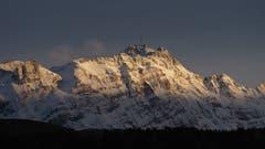 Nach dem Regen/Schnee kommt wieder die Sonne. Der frisch eingeschneite Säntis im Abendlicht von Teufen aus. (Bild: Peter Lutz)
