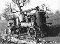Der Schnapsbrenner kommt zum Bauern für den Hausbrand. (Bild: Hans. R. Schläpfer/ LZ Archiv, 1959)