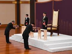 Der neue japanische Kaiser Naruhito (rechts) hat seinen Thron am Mittwoch bestiegen und unter anderem zwei der Throninsignien entgegengenommen. (Bild: KEYSTONE/AP Japan Pool)