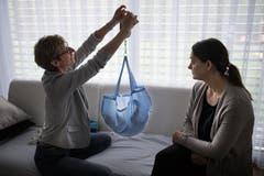 Manuela Steiner wiegt den Neugeborenen.