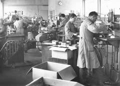 Apparatebau in der Fabrikationshalle der Mapex in Giswil im Jahr 1965. Hier wurden z.B. Telefonglocken gebaut. (Bild: Amstutz/ LZ Archiv)