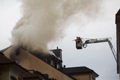 Die Feuerwehr versucht den Brand im Dachstock des Hotels Schlüssel zu löschen. (Bild: Jakob Ineichen, 2. Mai 2018)