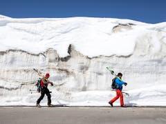 Noch liegt neben der Strasse auf dem Oberalp genügend Schnee für diese zwei Skitourengänger. (Bild: Alexandra Wey / Keystone, 1. Mai 2019)