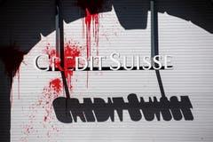 Eine Filiale der Bank Credit Suisse wurde in Zürich mit einem mit roten Farbbeutel beworfen. (KEYSTONE/Ennio Leanza)