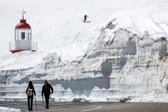Meterhoch türmen sich die Schneemassen auf dem Oberalppass. (Bild: Alexandra Wey / Keystone, 1. Mai 2019)