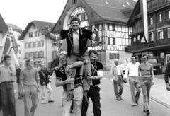 Hans Schnider aus Rothenburg, der Sieger des Innerschweizerischen Schwingfest 1979 in Unterägeri – Feierlicher Empfang im Flecken Rothenburg. (Bild: Schwingklub Rothenburg)