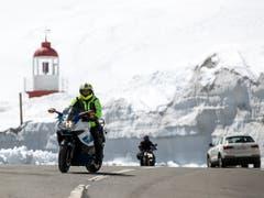 Bahn frei für Auto und Motorradfahrer auf dem Oberalppass - dafür mussten mehrere hundert Tonnen Schnee weggefräst werden. (Bild: Alexandra Wey / Keystone, 1. Mai 2019)