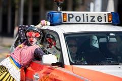 Kundgebungsteilnehmer laufen in Zürich im Zeichen des Frauenstreiks als Clownin verkleidet durch die Strassen. (KEYSTONE/Ennio Leanza)