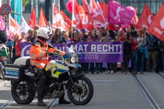 Ein Polizist beobachtet den Demonstrationszug in Basel. (KEYSTONE/Georgios Kefalas)