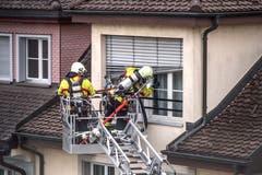Die Feuerwehr kontrolliert, ob sich Personen im Haus befinden. (Bild: Pius Amrein, 2. Mai 2018)