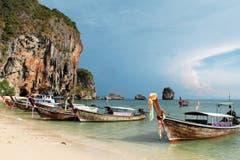 Typische thailändische Longtail-Boote an der Phra Nang Beach von Railay. Der Ort ist nur auf dem Schiffweg erreichbar.