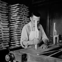 Ein Schreiner bei der Arbeit 1944. (Bild: Karl Manz/Aura)
