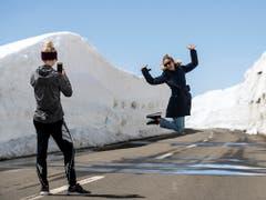 Fototermin auf dem Oberalp: Der Pass zwischen Uri und Graubünden ist nach der Wintersperre wieder geöffnet.(Bild: Alexandra Wey / Keystone, 1. Mai 2019)