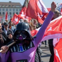 Eine Demonstrantin verkleidet als Darth Vader von Star Wars in Basel. (KEYSTONE/Georgios Kefalas)