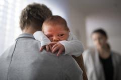 Bei Baby Levin ist ein Äderchen geplatzt. (Bild: Benjamin Manser)