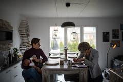 Die Hebamme dokumentiert bei ihren Hausbesuchen jede Entwicklung und Beobachtung. (Bild: Benjamin Manser)