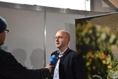 Videojournalist Raphael Rohner auf Stimmenfang. (Bild: Timon Kobelt, 10.05.2019)