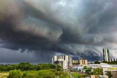Dunkle Vorzeichen eines Gewitters in Darwin.