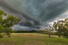Ein Gewitter naht in Darwin in Australien. Aufgenommen auf einer Brücke.